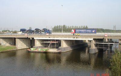 Groot onderhoud brug over de Linge in de A15