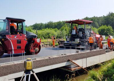 Aanbrengen asfalt verharding op brug te Bergeijk
