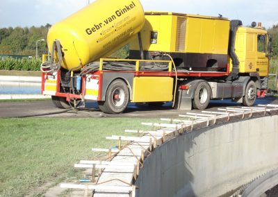 Betonrenovatie, stralen omlooprand RWZI Tiel
