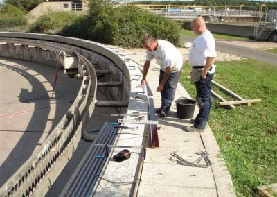 Betonrenovatie, plaatsen bekisting na saneren omlooprand